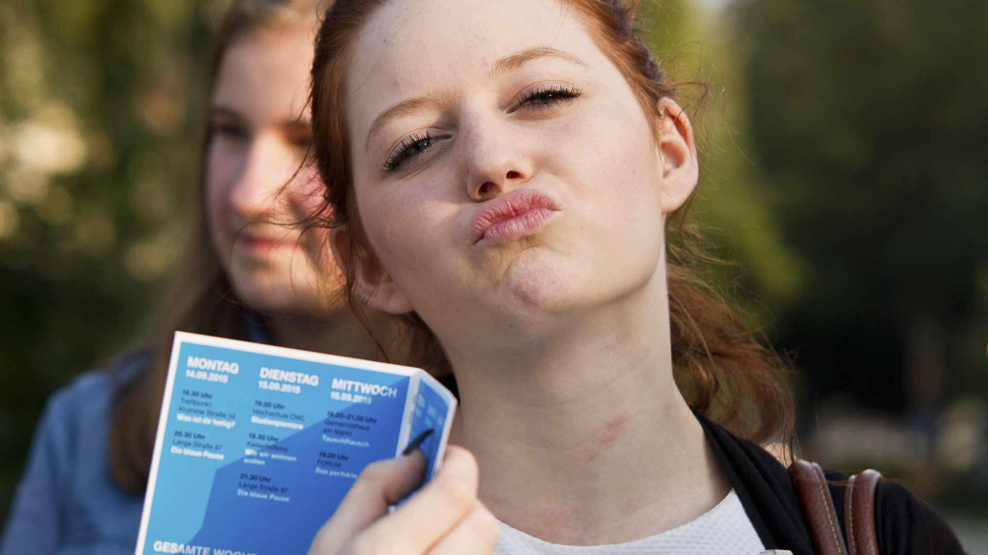B-WUSST küssende Frau mit Programm